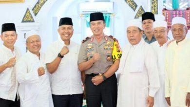 Photo of Kapolda Sapa Jemaah Solat Jumat Mesjid Jamik Bengkulu