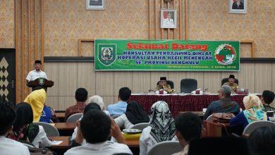 Gubernur Bengkulu Rohidin Mersyah memberikan pengarahan pada Pembekalan Teknis Tenaga Pendamping Diklat Konsultan PLUT KUMKM dan Pendamping KUR pada Diskop UKM 2 Pendamping Sangat Pengaruhi Tumbuhnya UKM dan Koperasi