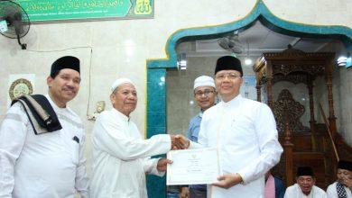 Photo of Tutup Safari Ramadhan, Rohidin Sholat Taraweh Bersama Warga Rawa Makmur