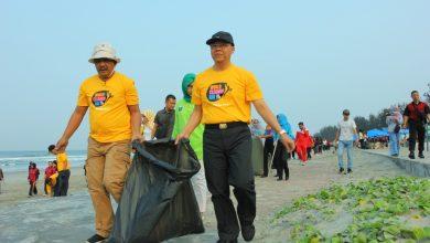 Photo of Ribuan Masyarakat Bengkulu Bersihkan Sampah Pantai Panjang