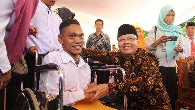 Photo of Bangkit Dwi Apriadi, Guru Difable dengan Keterbatasan Fisik yang Memiliki Segudang Semangat