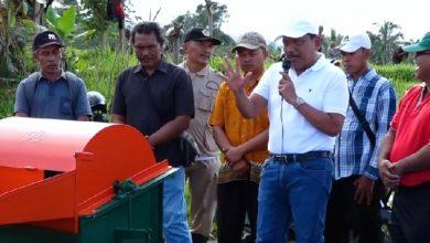 Photo of Mian Bantu Mesin Perontok Padi ke Petani