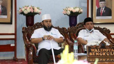 Photo of Dampak Covid-19, Wali Kota Bengkulu Membagikan  Sembako Kepada Masyarakat