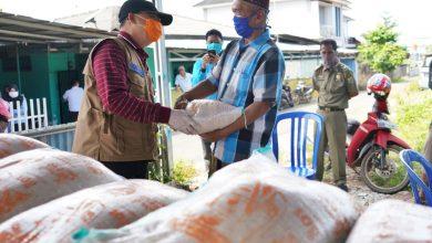 Photo of Serahkan Bantuan Langsung, Gubernur Rohidin Pastikan Kesehatan para Kuli Panggul dalam Kondisi Baik