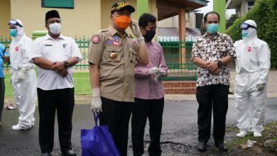 Photo of Sambangi Warga Positif COVID-19, Gubernur Tegaskan Jangan Kucilkan Pasien