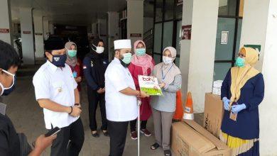 Photo of Walikota Bengkulu Bagi APD ke Rumah Sakit di Kota Bengkulu