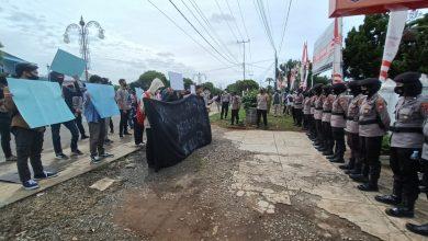 Photo of Unjuk Rasa Berjalan Tertib di KPU Provinsi Bengkulu