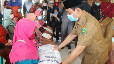 Photo of Penyaluran Bantuan Sosial Kelurahan Bentiring, 199 KPM Menerima 15 KG Beras
