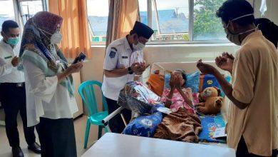 Photo of Jenguk Warganya Sakit, Pemkot Bengkulu Bantu Biaya Pengobatan
