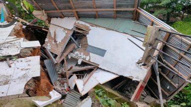 Photo of Akibat Curah Hujan Tinggi, Rumah Warga Amblas longsor