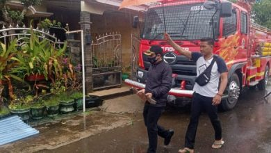 Photo of Plt Walikota Bengkulu Bersama Damkar Evakuasi Atap Rumah Warga Terdampak Puting Beliung