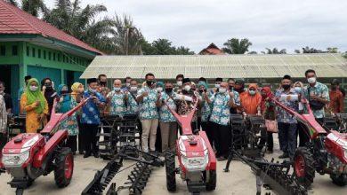 Photo of Tingkatkan Hasil Pertanian, Plt Walikota  Serahkan Bantuan 5 Unit Hand Tractor