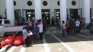 Photo of Sekarang Usai Shalat Jum'at Dibagikan Nasi Ikan Lele di Masjid Agung At-Taqwa