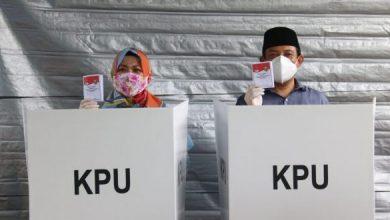 Photo of Wawali Dedy Wahyudi Bersama Isteri ke TPS Gunakan Hak Suaranya