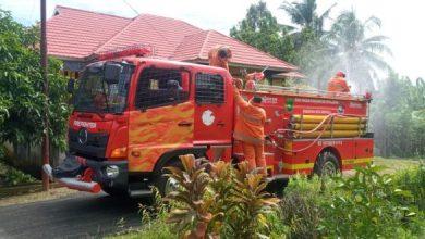 Photo of Upaya Pencegahan Covid-19, Petugas PBK Lakukan Penyemprotan Cairan Disinfektan di Kelurahan Bumi Ayu