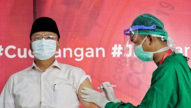 Photo of Yakinkan Masyarakat Vaksin Aman, Gubernur Rohidin Disuntik Pertama